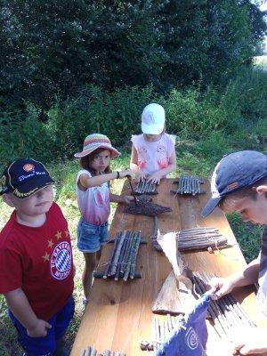 Holzschiffe bauen am Wasser bei Natur reality in Lichtenfels, Franken