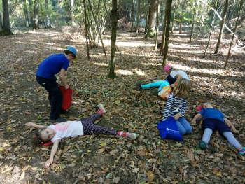 Kinder im Wald machen Naturabdrücke mit Natur reality in Lichtenfels Franken