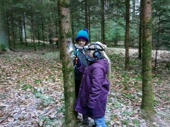 Beobachtung mit Hilfsmittel im Winterwald bei Prächting Natur reality Ebensfeld Franken